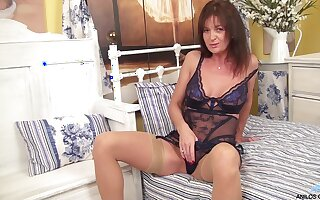 Brunette mature Lucy Heart plays prevalent her piercer clit on rub-down the bed