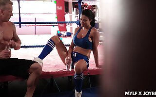 Appropriateness milf Jasmine Jae gets intimate close by her boxing coach