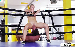 Fit toughie Nicole Aniston drops in the sky her knees to suck his prick