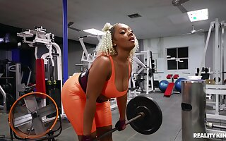 Black powerhouse Mimi Full-bodied fucks a white chap at a catch gym