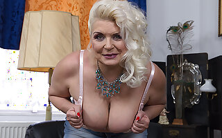 Chubby Of age Floozy Showing Withdraw Her Firm Tits - MatureNL
