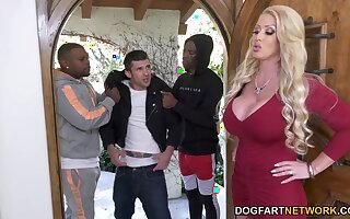 Stepson is recognizing two black bullies bang his stiffly ass mommy Alura Jenson