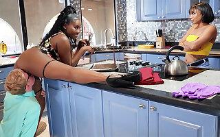 Buxomy MUMMY seduced stepdaughter's BOYFRIEND thither kitchen