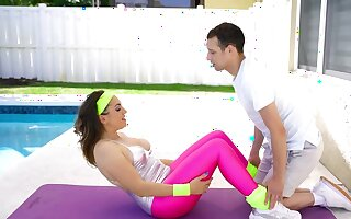 Instead of fitness Latina MILF copulates with young trainer
