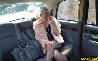 MILF far remarkable curves, deranged taxi ride together with sex
