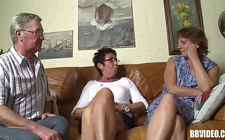 Amateur video be advantageous to FFM threesome beside two mature German sluts