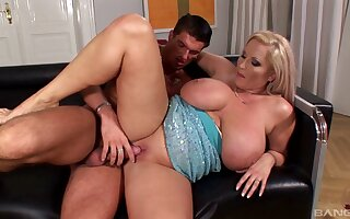 Mature mommy Laura Orsoia gives an stunning titjob before intercourse